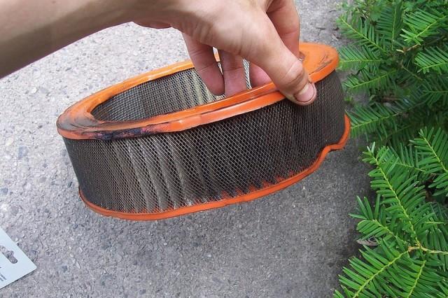 Как нужно проводить замену воздушного фильтра: пошаговая инструкция