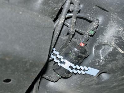 Как самостоятельно провести замену топливного фильтра на Renault Logan