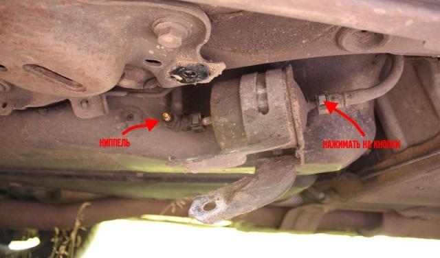 Как самому заменить топливный фильтр на Volvo ХС90 с дизельным двигателем