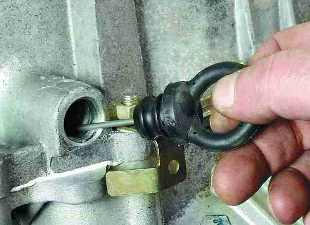 Почему течет и пенится масло на стыке двигателя и АКПП: причины и решение
