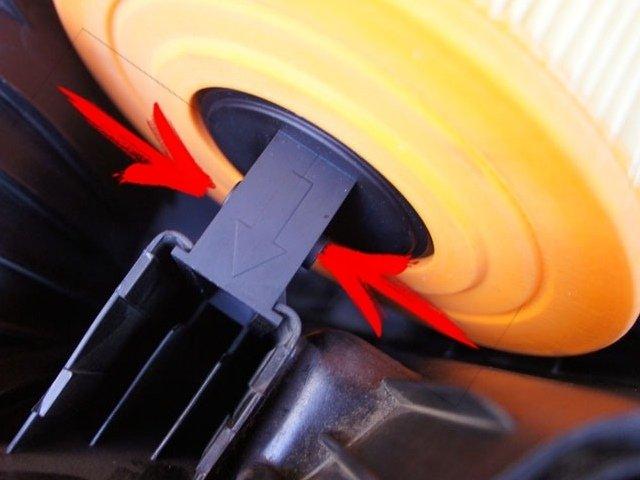 Замена воздушного фильтра на автомобиле BMW Е90, (Е82)