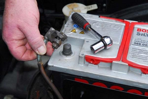 Минимальное и максимальное напряжение заряженного автомобильного аккумулятора: контроль