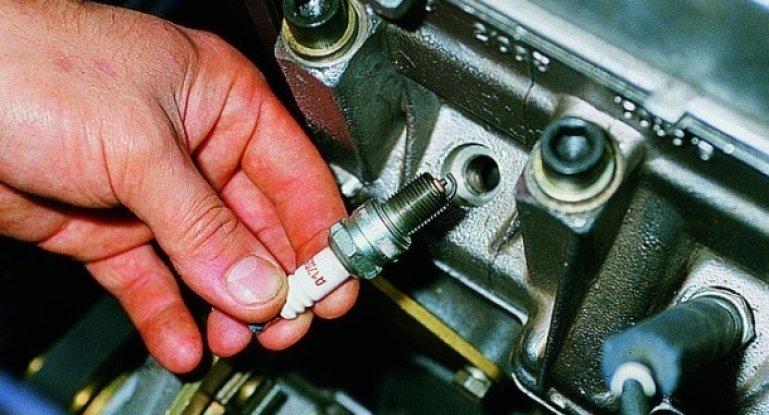 Замена свечей зажигания в автомобиле: когда, как часто, зачем и через какой срок и интервал менять?
