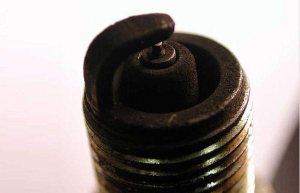 Причины нагара на свечах зажигания: что означает цвет (черный, белый), диагностика и чистка