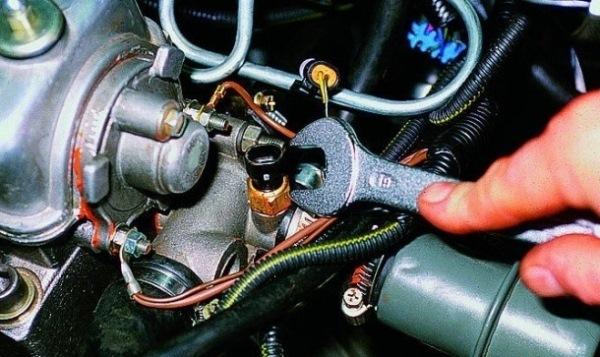 Замена датчика включения вентилятора ВАЗ 2109 карбюратор и 21099 - температуры охлаждающей жидкости