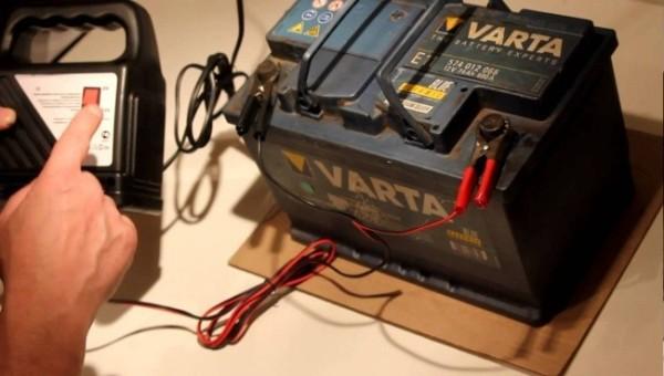 Зарядка аккумулятора автомобиля в домашних условиях: можно ли заряжать АКБ не снимая с машины и как зарядить дома через лампочку