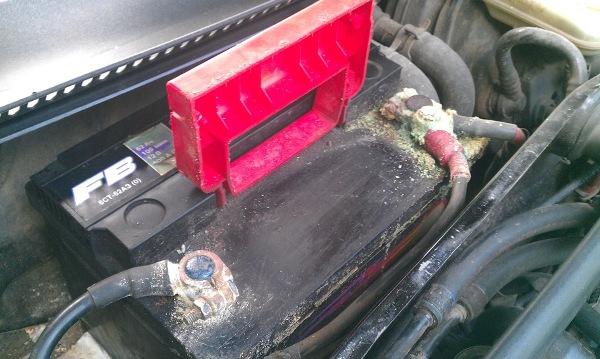 Почему не идет зарядка на аккумулятор и горит лампа автомобильной АКБ: ремонт зарядного устройства