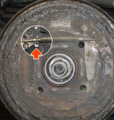 Ремонт привода и настройка ручного тормоза Audi 80