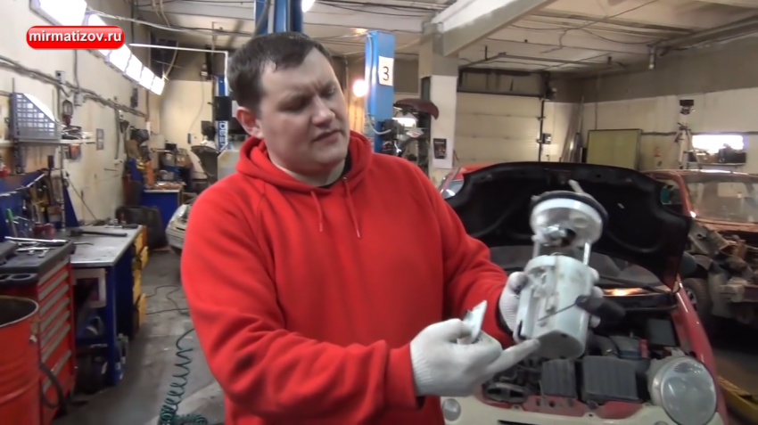 Почему двигатель глохнет при торможении?
