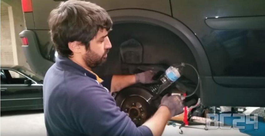 Как поменять тормозную жидкость своими руками с фото и видео
